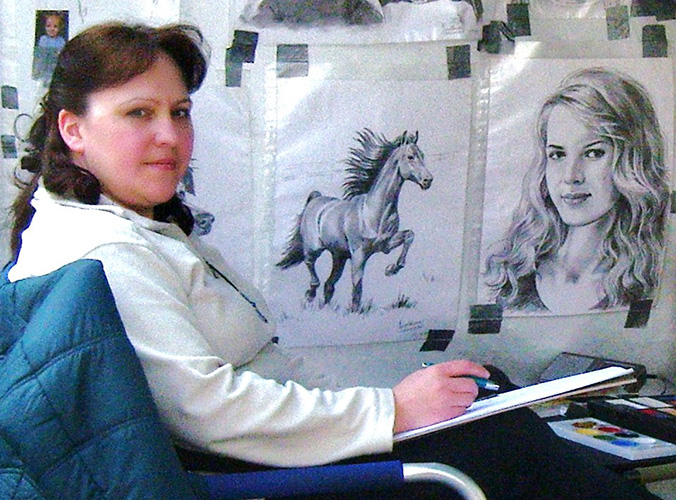 Foto: Künstlerin am zeichnen des Porträts, Kunstmalerin am Werk