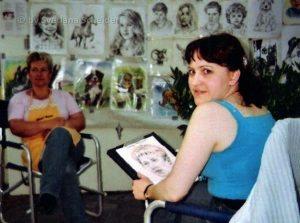 Foto: Künstlerin am zeichnen des Porträts. Portraitzeichnerin am Werk